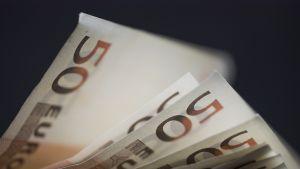 Viidenkymmenen euron seteleitä.