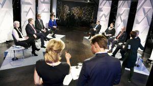 Presidenttiehdokkaat ja juontajat Ville Hupa ja Ingemo Lindroos Svenska Ylen kaksikielisessä presidentinvaalikeskustelussa