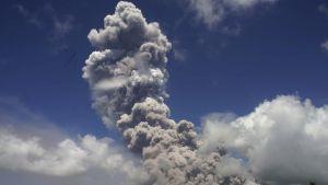 Tulivuori puskee korkeaa tuhkapilveä