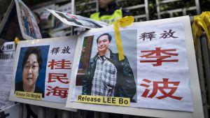 Julisteissa Gui Minhain ja Lee Bo:n kuvat