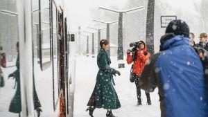 Viron presidentti Kersti Kaljulaid matkusti tiistaina junalla Narvassa pidettyyn julkistustilaisuuteen.