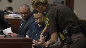 Urheilulääkäri Larry Nassar oikeudenkäynnissä michiganilaisessa tuomioistuimessa.