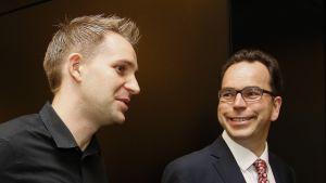 Max Schrems (vas.) asianajaja Herwig Hofmannin kanssa lokakuussa 2015.