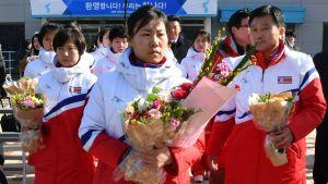 Pohjoiskorealaisia jääkiekkoilijoita Etelä-Korean rajalla.