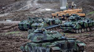 Turkkilaisia panssarivaunuja lähellä Syyrian rajaa