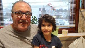 Isä Abdenacer Smili ja Firas-poika onnellisesti päättyneen jupakan jälkeen keittiössä.