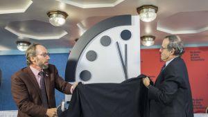 Lawrence Krauss ja Robert Rosner paljastivat paljastivat tumiopäivän kellon.