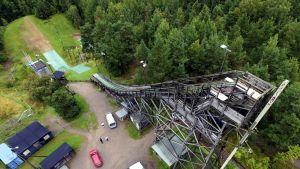 Herttoniemen hyppyrimäen ympärille pystytetään aitaa Helsingissä 3. syyskuuta 2015.