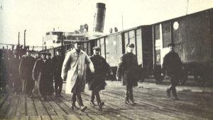 """""""Mustalistalaiset"""" marssivat laivaan Murmanskin satamassa."""