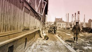 Lapsi leikkii kadulla pian Tampereen taistelun päättymisen jälkeen.