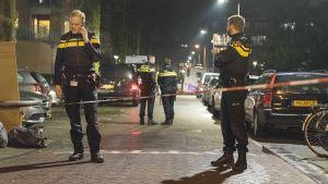 Poliiseja kadulla tapahtumapaikalla.