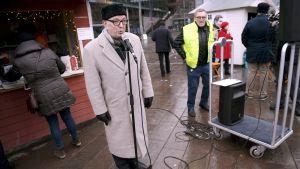 Paavo Väyrynen kampanjoi viimeisenä päivänä ennen vaaleja Helsingin Narinkkatorilla lauantaina