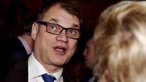 Pääministeri Juha Sipilä keskustan presidenttiehdokas Matti Vanhasen vaalivalvojaisissa Helsingissä sunnuntaina .