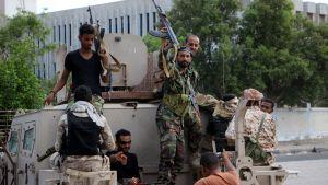 Etelä-Jemenin kapinalliset partioivat tiistaina Adenin kaduilla.
