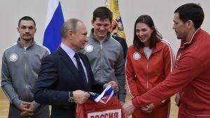 Vladimir Putin tapasi venäläisiä olympiaurheilijoita.