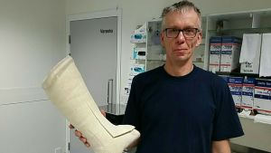 Matti Rinnankoski tekee vuosittain satoja kipsejä Seinäjoen keskussairaalassa.