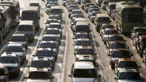 Autoliikennettä Shanghaissa.