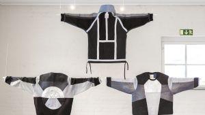Farkkutakkeja näyttelyssä.