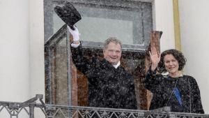 Presidentti Sauli Niinistö ja rouva Jenni Haukio tervehtivät kansalaisia Presidentinlinnan parvekkeelta