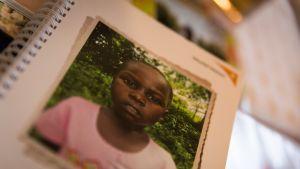 Ugandalainen Agnes oli vain viisivuotias, kun Nina Nieminen ryhtyi hänen kummikseen.