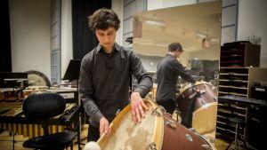 Siivilipalvelusmies Tuomas Siddall soittaa Kansallisoopperan orkesterissa.