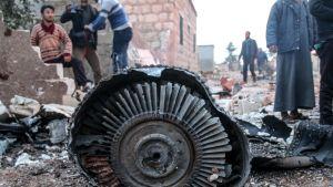 Suhoi Su-25 -koneen kappaleita Ma'saran kylässä lähellä Saraqebin kaupunkia.