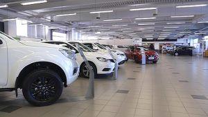 Uusia autoja autoliikkeessä