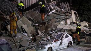 Romahtaneen kerrostalon raunioilla on useita palomiehiä avustustöissä.