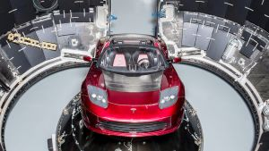 Tesla Roadster Falcon Heavy avaruusaluksessa.