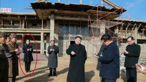 Pohjois-Korean johtajan Kim Jong-ungin vieressä seisoo Kim Yo-jong.