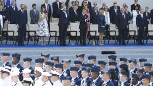 Yhdysvaltain ja Ranskan presidenttiparit delegaatioineen seuraavat sotilasparaatia Ranskassa heinäkuussa 2017.