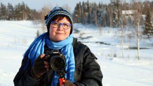 Nurmeslainen Maija Savolainen kuvaa sääkuvia harrastuksenaan.