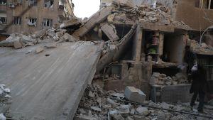 Kuvassa pommituksissa romahtanut rakennus Itä-Ghoutassa lähellä Damaskosta.