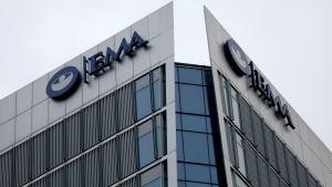 Euroopan lääkeviraston EMA:n rakennus, jossa on seinällä lyhenne EMA.