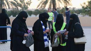 Saudinaisia saapumassa jalkapallo-otteluun.