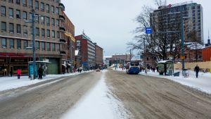 Liikennettä Hatanpään valtatiellä Tampereella