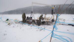 Puolustusvoimat nostavat räjähteitä Kuopion Savilahdesta talvella 2018