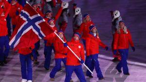 Norjan joukkuetta olympialaisten avajaisissa.