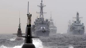 Pinta-alukset ja sukellusveneet osallistuivat Naton sukellusveneentorjuntaharjoitukseen Pohjois-Atlantilla toukokuussa 2015.