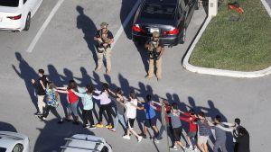 Ihmisiä ohjataan pois koulun alueelta Floridassa.