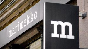 Marimekon julkisivu ja logo yhtiön lippulaivamyymälässä Helsingissä.