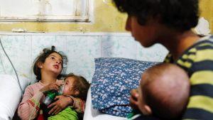 Tyttö antaa sairaalassa lisähappea vauvalle Syyrian Doumassa.