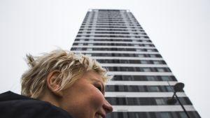 Suomen Arkkitehtiliitto Safan puheenjohtaja, arkkitehti Henna Helander Vuosaaren Cirrus tornitalon juurella
