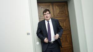 Arto Satonen poistuu kokoomuksen eduskuntaryhmän kokouksesta eduskunnassa torstaina 15. helmikuuta.