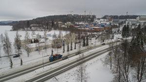Liikennettä Savilahdentiellä talvella.