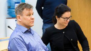 Raimo Summanen asianajajansa kanssa Keski-Pohjanmaan käräjäoikeuden istuntosalissa.