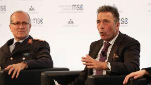 Entinen Naton pääsihteeri Anders Fogh Rasmussen Münchenin turvallisuuskokouksen paneelikeskustelussa torstaina 15. helmikuuta.