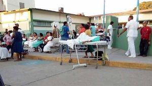 Potilaita evakuoitiin perjantaina ulos Jamiltepecin paikallisesta sairaalasta.