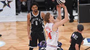Stephen Dinwiddie ja Lauri Markkanen NBA:n taitokisassa.