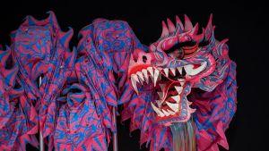 Perinteinen kiinalainen kankaasta tehty lohikäärme ennen uudenvuoden yön paraatia Hongkongissa Kiinassa.